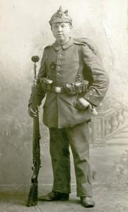 Niels Jensen fra Stevning på Als, fotograferet i kampuniform før han skulle til fronten. Han faldt 1915. Foto: Museum Sønderjylland