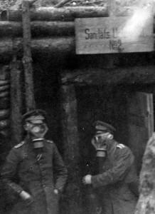 To soldater med gasmasker i skyttegrav ved Østfronten. Fotograferet af Sønderjyden Hans Lorenzen 1916. Foto: Museum Sønderjylland