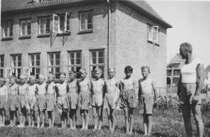 Drengegymnastik foran den tyske skole i Rinkenæs. Foto: Museum Sønderjylland