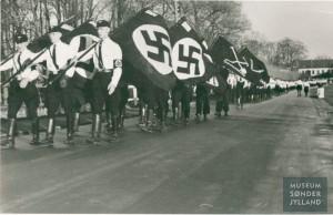 Det tyske mindretals paradekorps, Schleswigsche Kameradschaft, i optog forbi Gråsten Slot Foto: M. Kamphøvener. Museum Sønderjylland